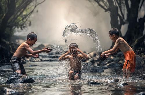 Children-splashing-each-other-with-water
