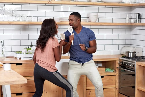 Couple-singing-in-the-kitchen